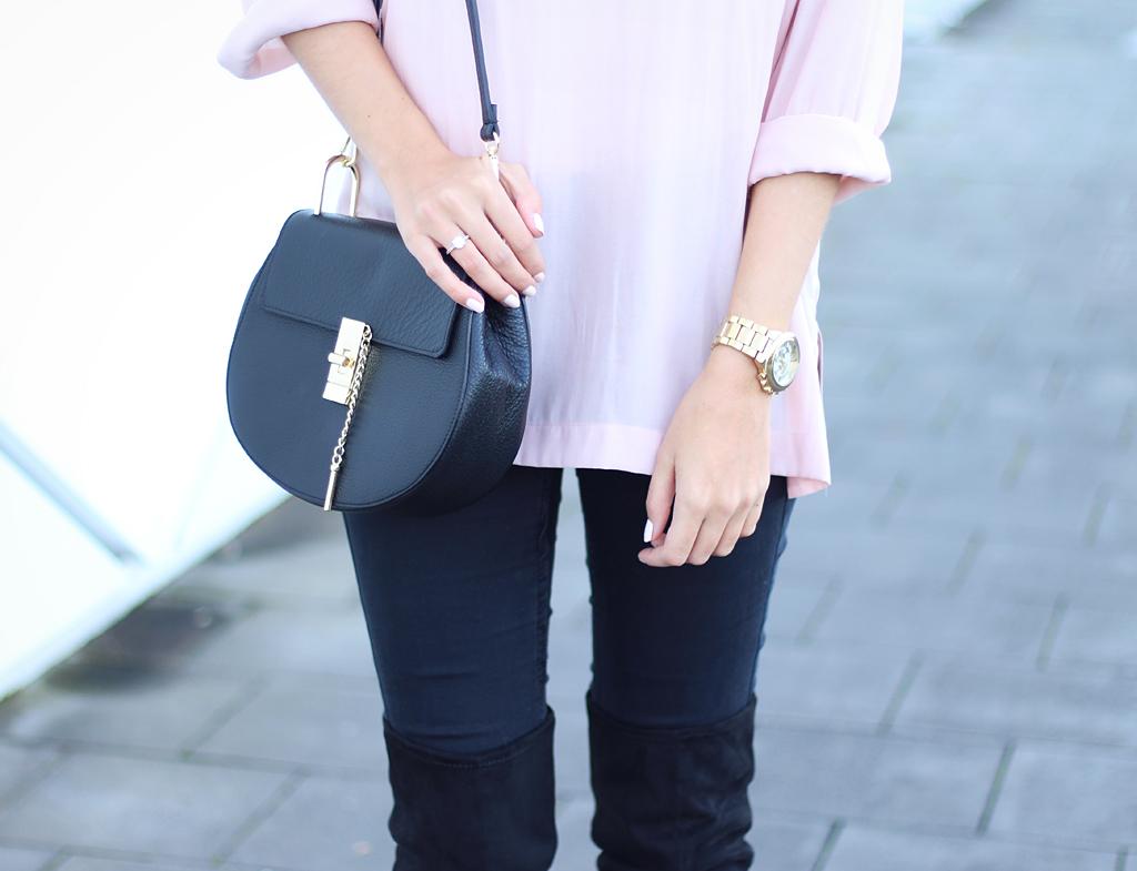 Overknees Outfit kombiniert mit Tasche und Uhr