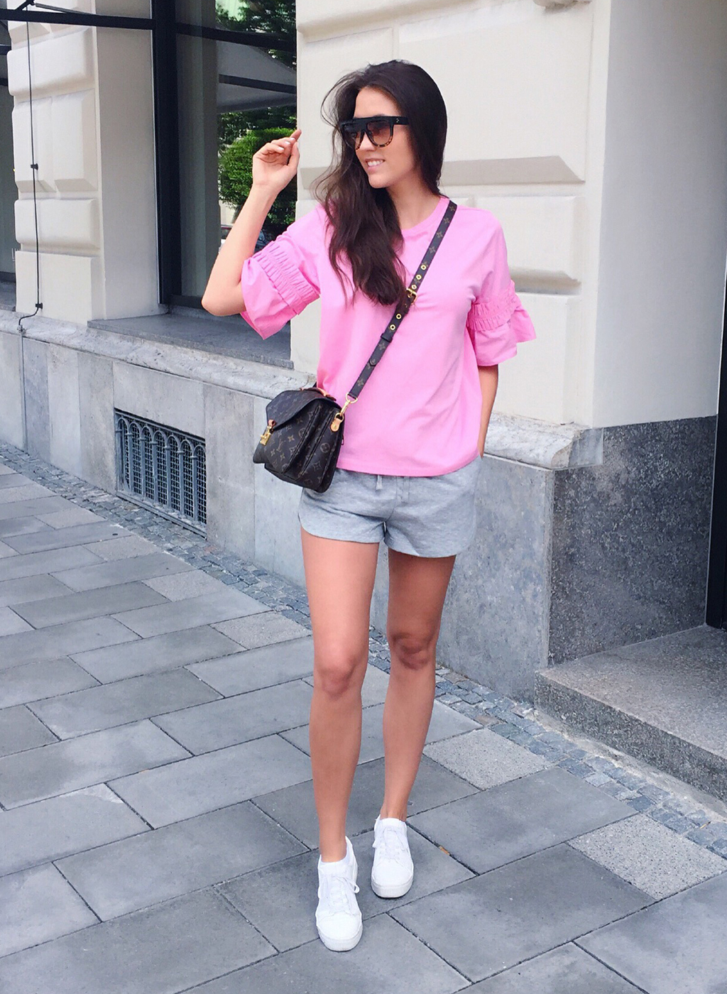 Graue Short pinkes Shirt Sommer Look